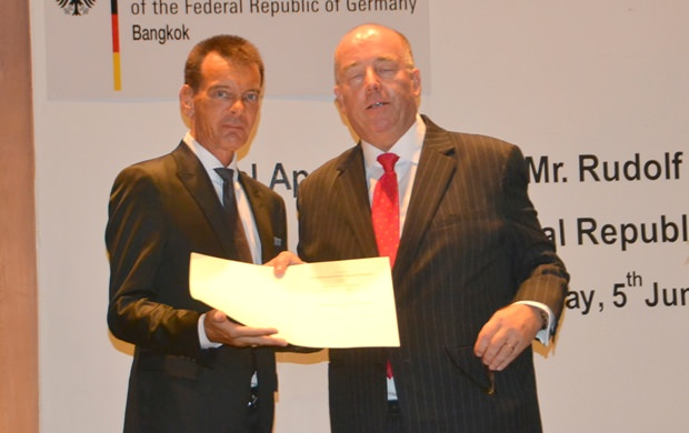 Botschafter Rolf Schulze überreicht Rudolf Hofer dessen Akkreditierungen.