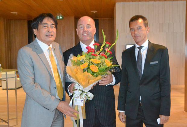 (Von links) Vizebürgermeister Ronakit Ekasingh gratuliert Botschafter Schulze und Honorarkonsul Rudolf Hofer mit Blumen.