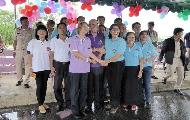 (Von links) Rotary E-Club Dolphin Pattaya Sekretärin Dr. Margret Deter und Präsident Dr. Otmar Deter begrüßen einige Mitglieder des Rotary E-Clubs District 3340.