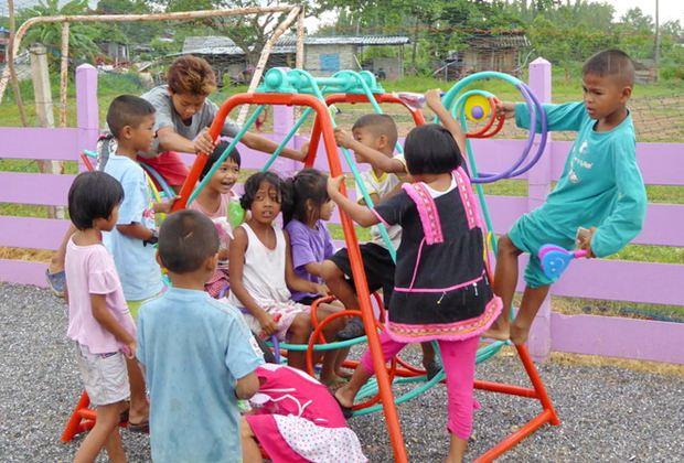Die Kinder freuen sich sehr über den neuen Spielplatz.