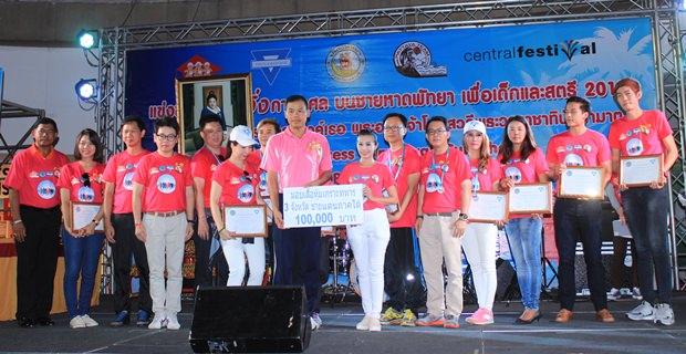 YWCA Pattaya Präsidentin Praichit Jetapai übergibt 100.000 Baht für den Kauf von kugelsicheren Westen für Grenzsoldaten im Süden Thailands.
