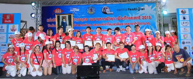 Mitglieder vom Bangkok-Pattaya YWCA  beim Gruppenfoto mit anderen Organisationen.