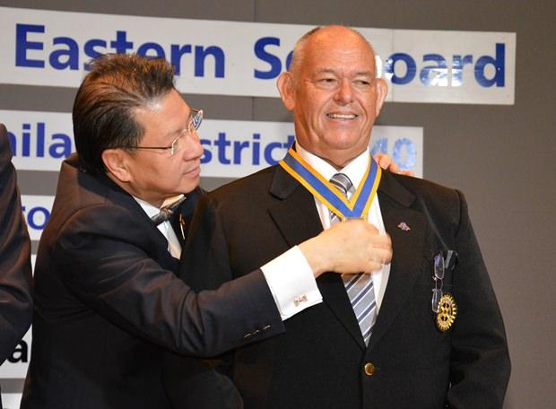 Distrikt Gouverneur Vivat Pipatchaisiri setzt Rodney James Charman als Präsident des Rotary Club Eastern Seaboard in Amt und Würden.