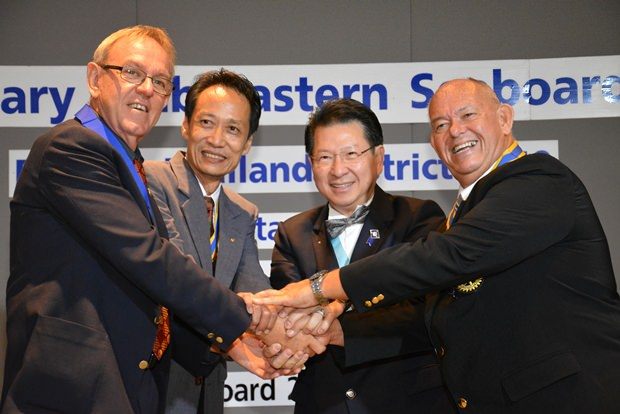 Rotariar vereint im Dienst der Hilfeleistungen: Russell Iffland, Vutikorn Kamolchote, DGE Vivat Pipatchaisiri und Rodney Charman.