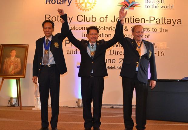 Distrikt Gouverneur gratuliert dem scheidenden Pärisdenten des Rotary Clubs Jomtien Pattaya, Vutikorn Kamolchote und seinem Nachfolger, Präsident Max Rommel.