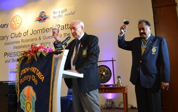 Dennis Stark und Ex-Distrikt-Gouverneur Peter Malhotra erheben ihr Glas zum Toast auf Rotary International.