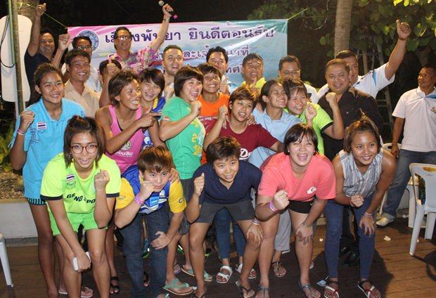 Das siegreiche Team mit seinen Trainern, Pattayas Bürgermeister und den Zeremonienmeistern.