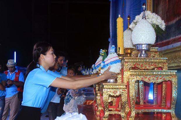 Nutsara Duangsri von Pattaya Mail stellt Blumen vor dem Bildnis der Königin ab. ,