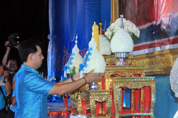Bürgermeister Ittipol Kunplome leitet die offizielle Zeremonie.