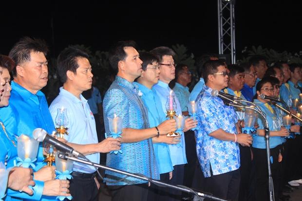 Bürgermeister Ittipol Kunplome und Bezirkschef Chakorn Kanchawattha bei der Kerzenlicht-Parade.
