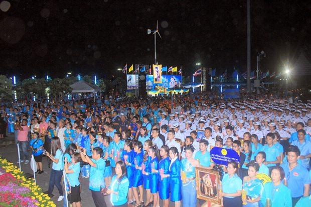 Über 1.000 Bürger zeigen am Bali Hai Pier ihre Loyalität.