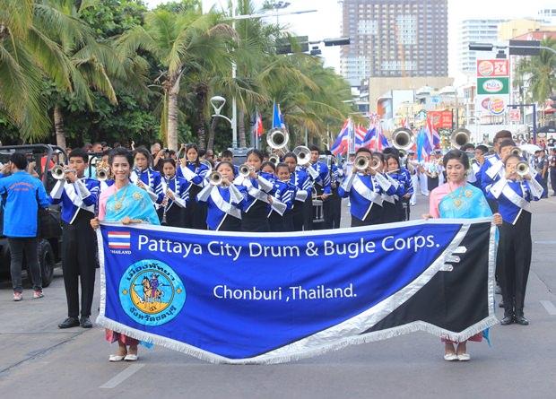 Militär-Studenten spielen die Nationalhymne.