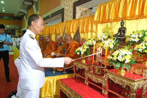 Chonburis Gouverneur Komsan Eakchai leitete die Feiern in Chonburi.
