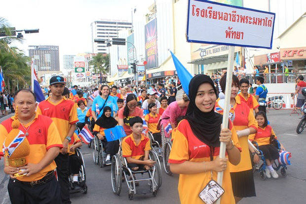 Studenten der Redemptorist Schule Pattaya nehmen an der Parade teil.