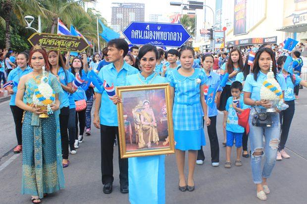 Viele Bürger aus verschiedenen Gemeinden Pattayas nehmen teil.