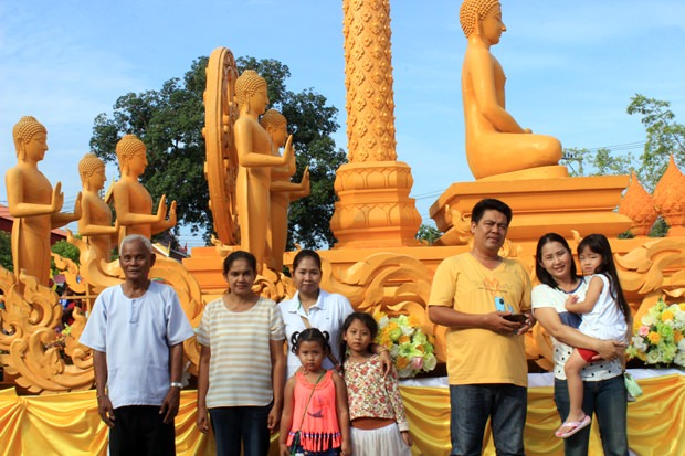 "Familien nehmen teil am ""Wien Tien"" Umzug im Wat Sutawat."