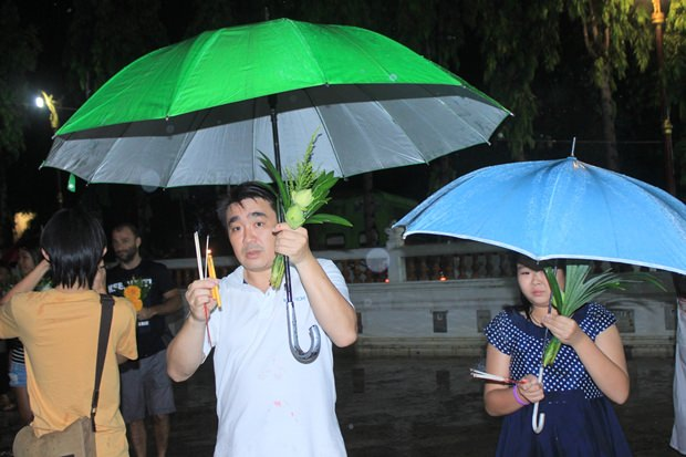 Trotz schwerem Regen werden die Riten abgehalten.