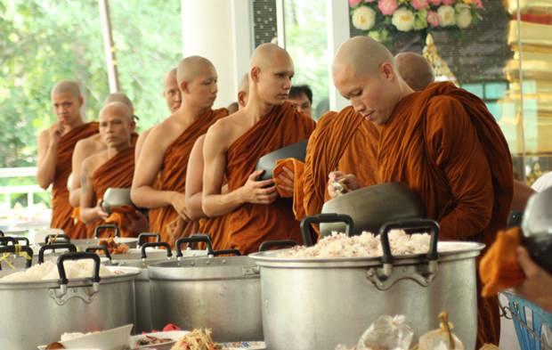 """Mönche im Wat Pa Suthipawan Naklua """"Chan"""" essen das von Gläubigen mitgebrachte Mahl."""