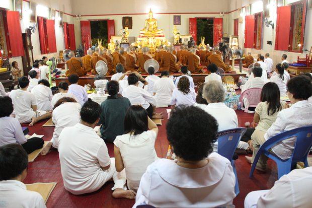 Die Wien Tien Zeremonie im Wat Chonglom Naklua.