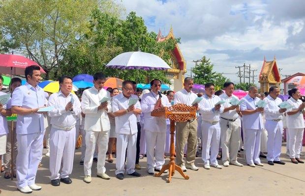 Vize-Bürgermeister Eneak Pattana-Ngam von Nongprue leitet die Kerzenparade.