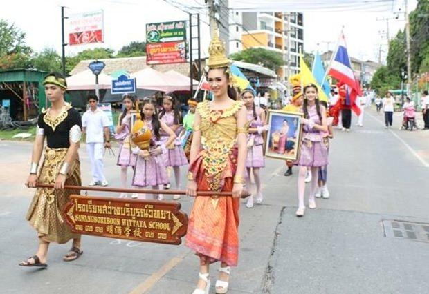 Die große Kerzenparade beginnt bei der Sawang Boriboon Wittaya Schule.