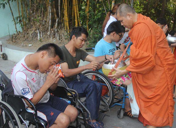 Am frühen Morgen übergaben Heimkinder Gaben an Mönche.