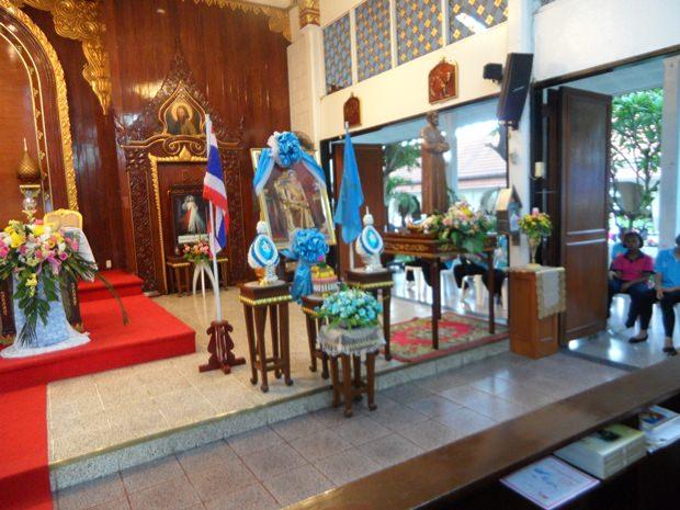 Ein Bild der Königin steht in der Kirche, um sie zu ihrem Geburtstag zu ehren.