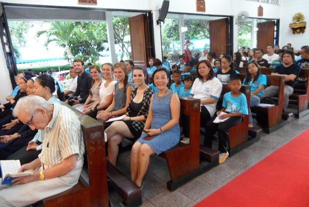 Viele Menschen nehmen am Gottesdienst teil. Hier Vater Rays langjährige Sekretärin Radchada Chomjinda.