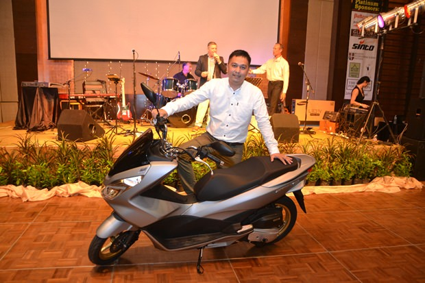 Marcus Souksi von Pattaya Mail ist der glückliche Gewinner des Hauptpreises bei der Verlosung. Im Bild mit seiner neuen Honda PCX 150.