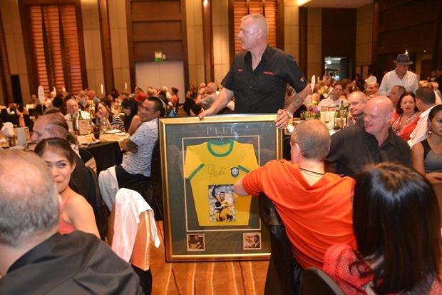 Dieses von Pele signierte T-Shirt wurde für 40.000 Baht ersteigert.