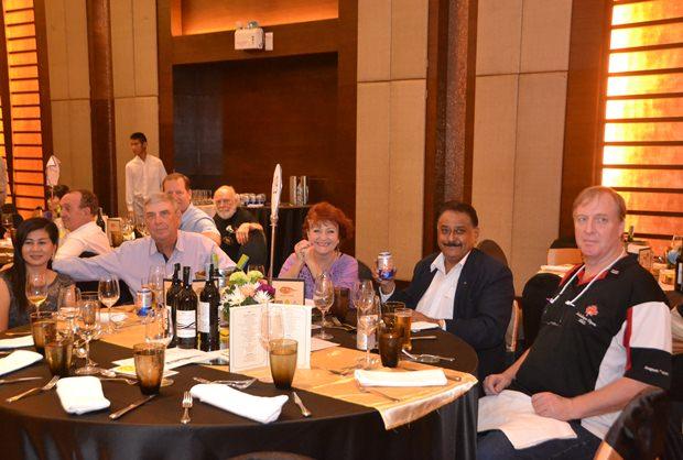 (Von links) Pattaya Sports Club Wohltätigkeitsvorsitzende Noi Emmerson und ihr Ehemann Graham, Elfi Seitz die Chefredakteurin von Pattaya Blatt, Peter Malhotra der geschäftsführende Direktor der Pattaya Mail Media Gruppe und Dan Dorothy der Chefredakteur von  Pattaya Mail.