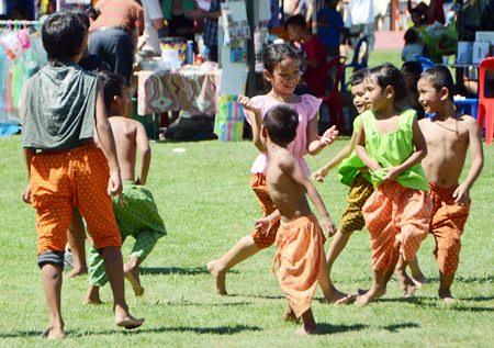 Kinder machen das bei der Fair, was sie am besten können: spielen.