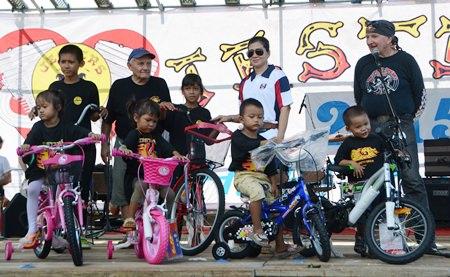 Bernie Tuppin, Noi Emmerson und Richy Rhodes übergeben den Jungs vom Fountain of Life die Fahrräder.
