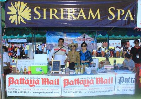 Natürlich ist Pattaya Mail mit dabei: (von links) Tony Malhotra und Alisa und Sue Kukarja bieten Getränke und organische Produkte an, Siriram Spa bietet Massagen.