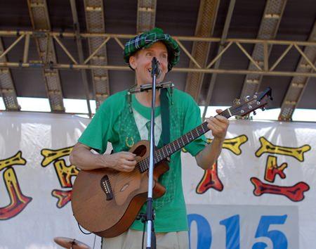 One-Man-Band Lee Shamrock spielt auf.