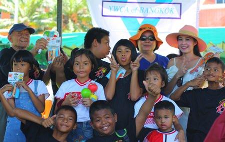 """Praichit """"Noi"""" (ganz rechts) hilft den Kindern beim Schnurspringen."""