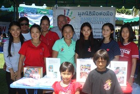 Angestellte und Kinder der Hand2Hand Foundation.