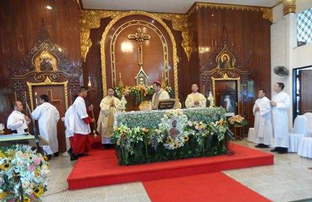 Bischof Silvio hält die Heilige Messe.