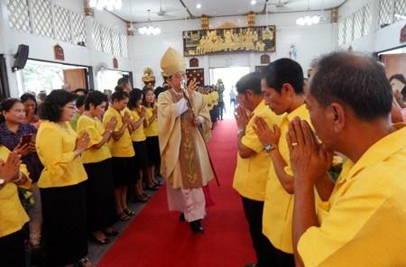 Die Mitglieder des Kirchenrates stehen Spalier beim Einzug des Bischofs, der ihnen und den anderen Gläubigen den Segen erteilt.