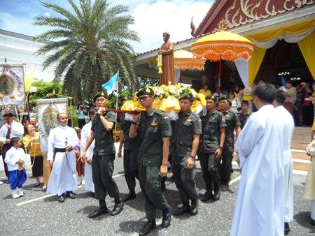 Stamme Marinesoldaten tragen die Statue des Heiligen Nikolaus beim Umzug.
