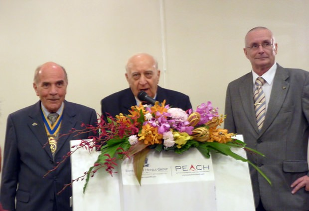 Vizepräsident Dennis Stark vom Rotary Club Jomtien Pattaya begrüßt die hohen Gäste gmeinsam mit Rotary Kollegen.