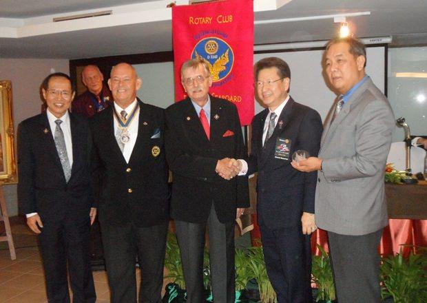 Rotary Guru Martin Brands (Mitte) bedankt sich bei Distrikt Gouverneur Vivat Pipatchaisiri (rechts neben ihm) nach dem Erhalt der Auszeichnung.