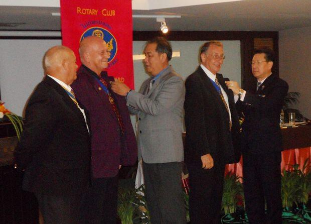 Jan Abbink und Carl Dyson erhalten ihre hohen Auszeichnungen.