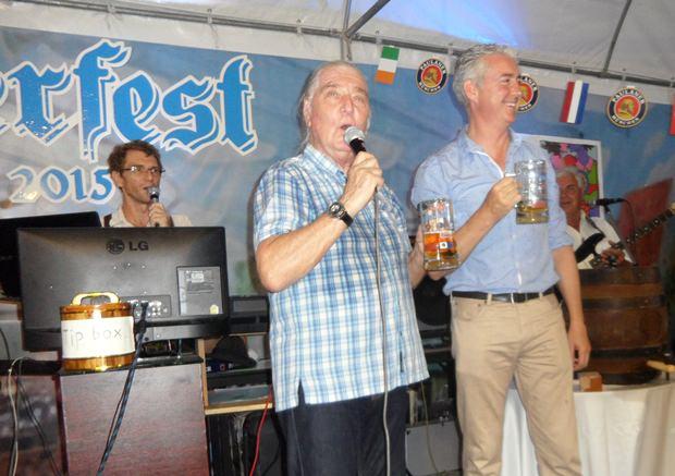 """...und nun heißt es von Brendan Daly (rechts) und Helmut Buchberger (links) gemeinsam:  """"O'zapft is""""!"""