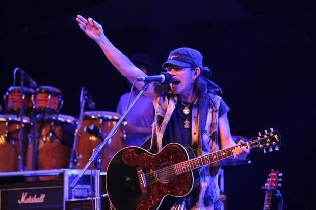 Die Carabao Band rockt, dass die Fetzen fliegen mit Aed und Lek (mit Hut) Carabao an der Spitze.