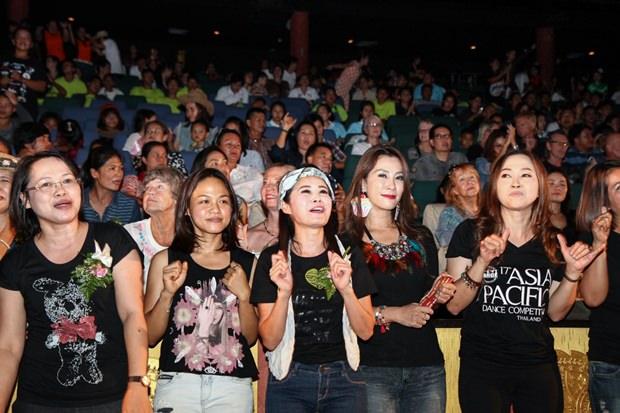 Mitglieder des YWCA in Rocker Kleidung beim Konzert.