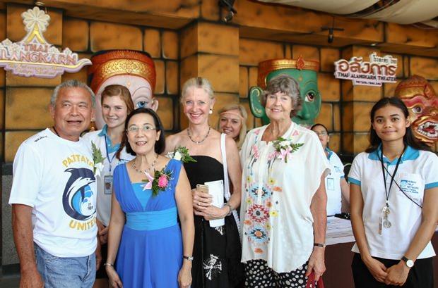 Eine Gruppe Ausländer genießt die Show.
