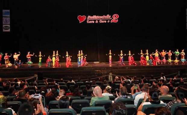 die 44 Kinder vom Pattaya Orphanage zeigen ihre Tanzkünste.