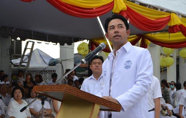 Bürgermeister Ittipol Kunplome hat den Vorsitz.