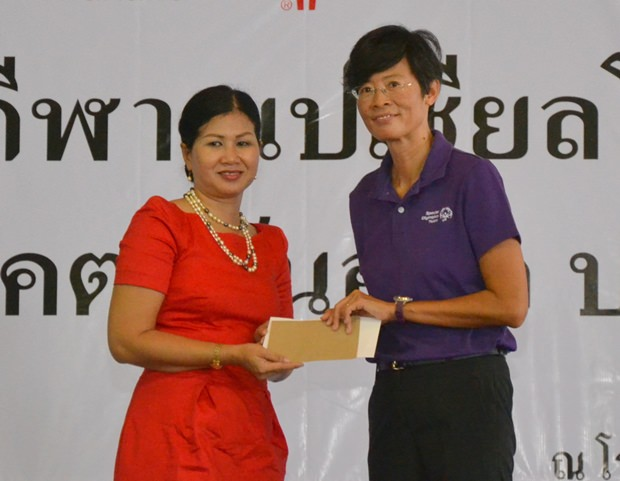 Noi Emmerson vom PSC übergibt 25.000 Baht.